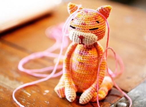 kneeling cat toy